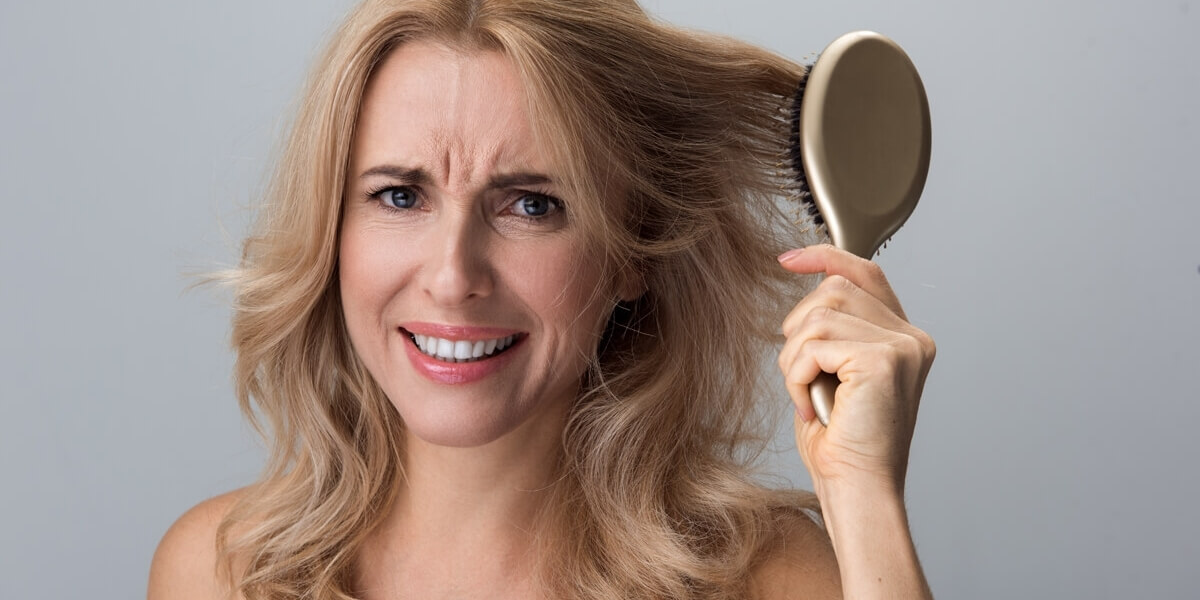 Come non perdere i capelli in menopausa  3 rimedi naturali 48e1c8eeef85