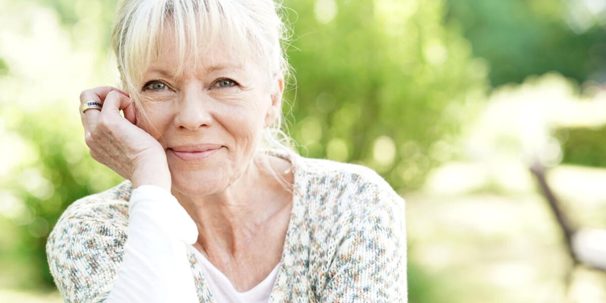 Donna in menopausa felice di aver provato le piante officinali per contrastare i disturbi della menopausa
