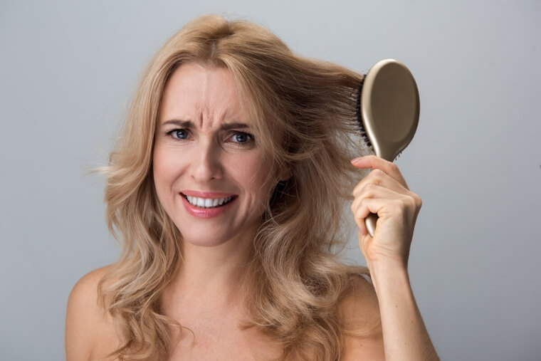 Capelli indeboliti: prendersene cura in menopausa