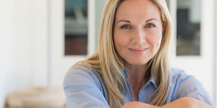 Perché la pelle del viso diventa secca in menopausa?